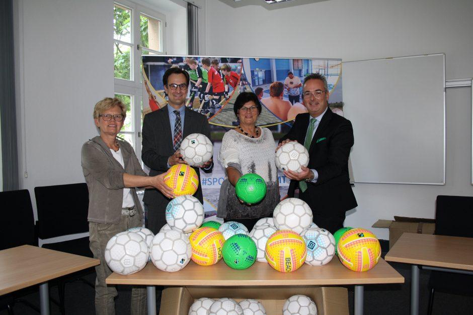 Sparkasse Hamm spendet 1.500 Euro für Fair-Trade-Bälle an den StadtSportBund