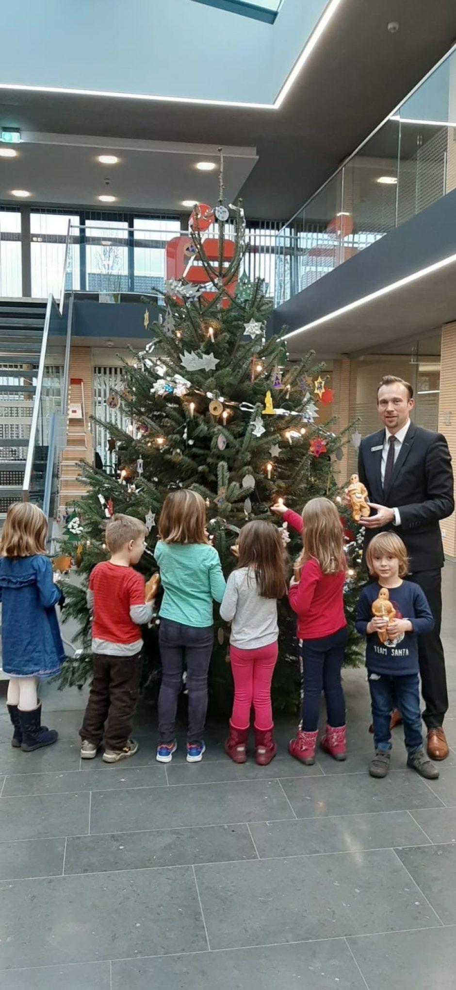 Eine schöne Tradition: Kinder schmücken Weihnachtsbäume in den Sparkassen-Geschäftsstellen
