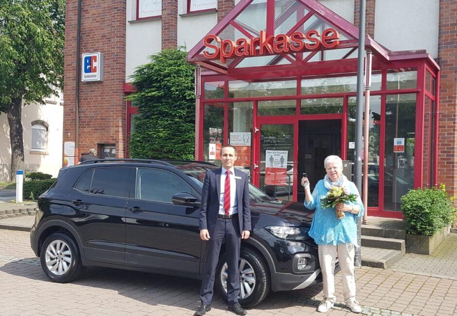 Sparlotterie beschert Sparkassen-Kundin ein neues Auto