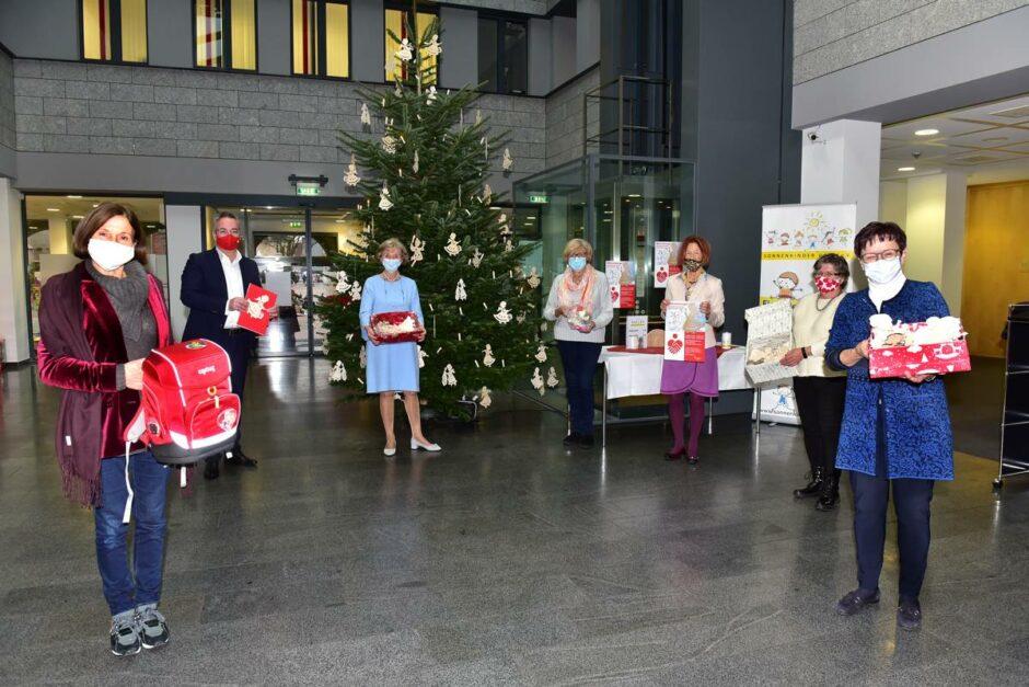 Mit Holzengeln Gutes tun: Verkauf in Sparkassen-Hauptstelle