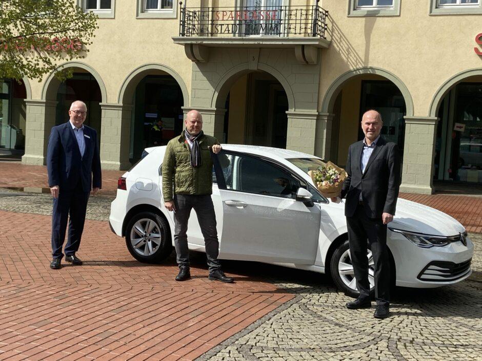 Sparlotterie beschert Kunden der Sparkasse Hamm nagelneuen VW Golf 8